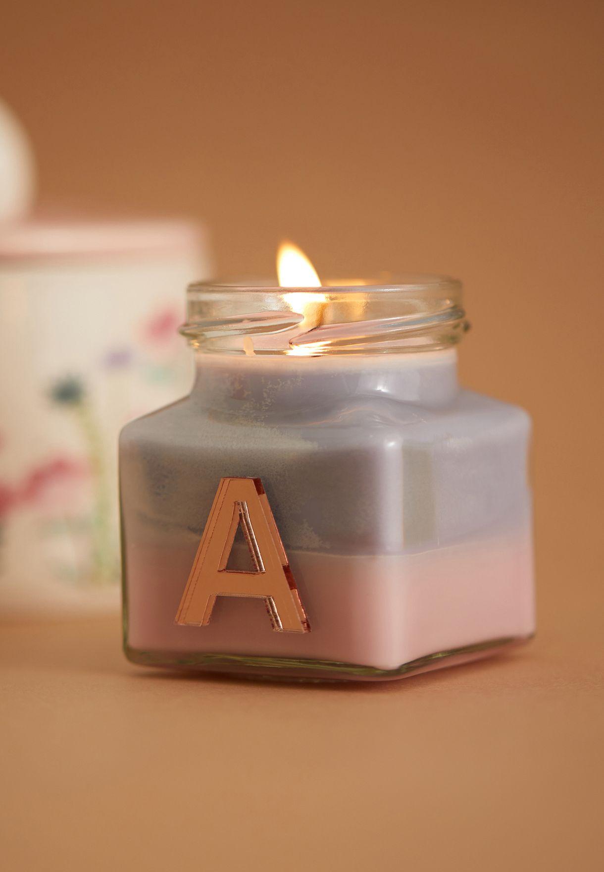 شمعة برائحة الفانيليا واليلانغ يلانغ ومزينة بحرف A
