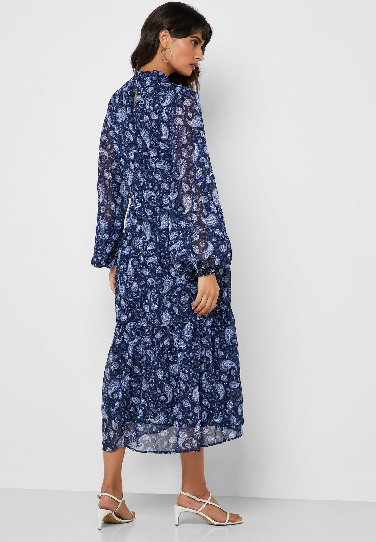 فستان مطبع وبياقة عالية