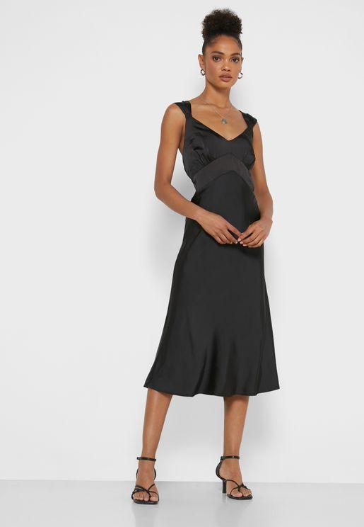 فستان ساتان بياقة عميقة