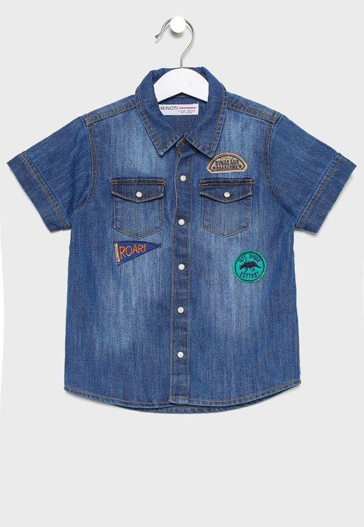 قميص جينز مزين بشارات