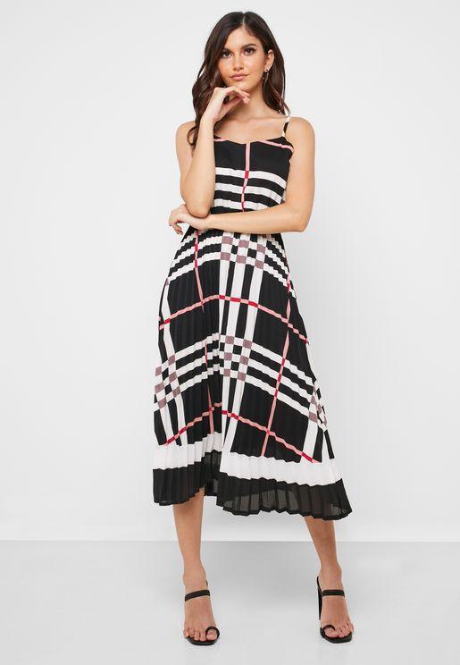 فستان بطيات وطبعات خطوط