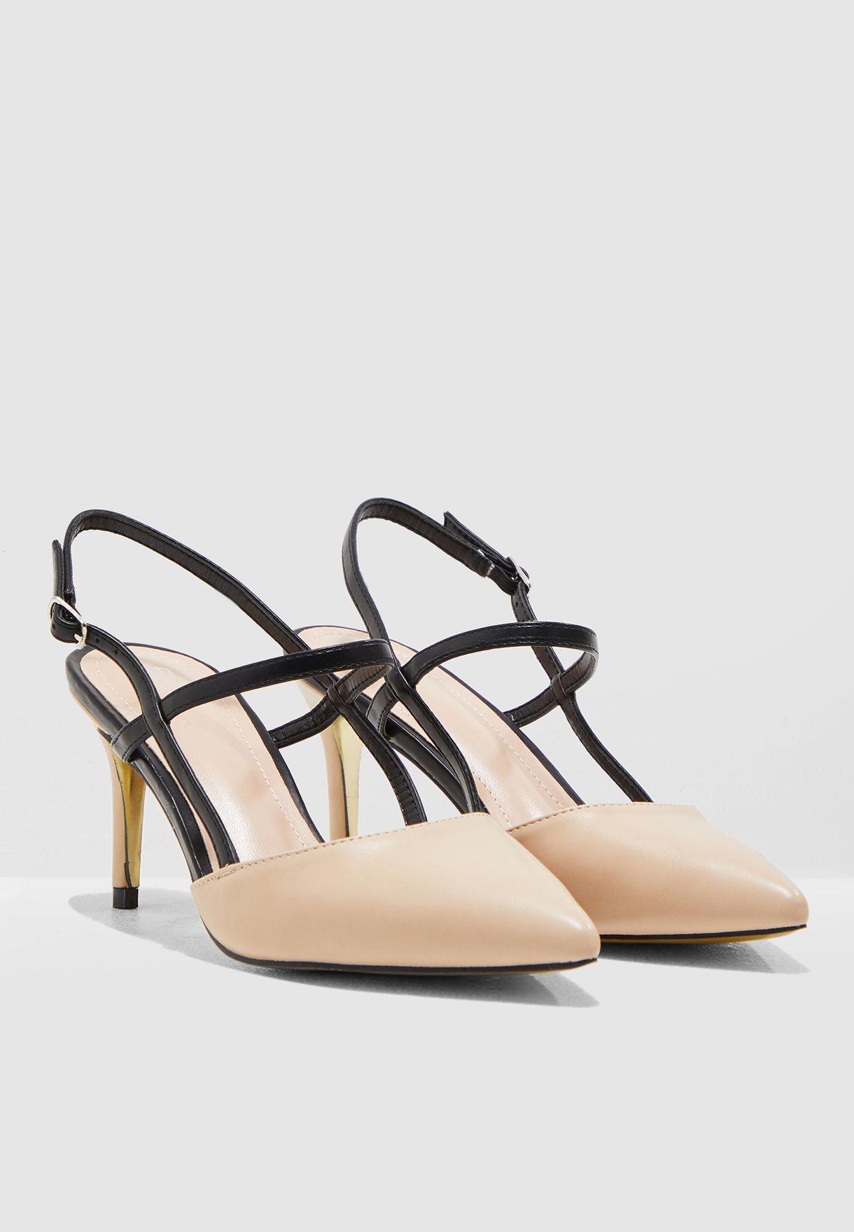 حذاء بمقدمة مدببة وسيور مغايرة
