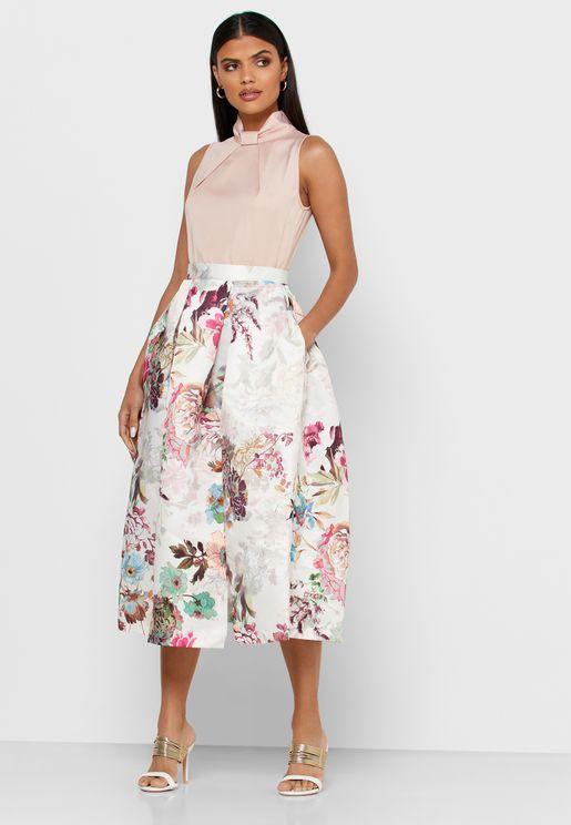 فستان بلا اكمام وياقة عالية