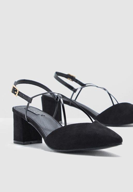 حذاء بسيور متقاطعة