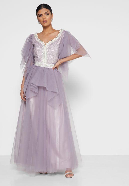 فستان بأكمام واسعة مرصع من الاعلى بترتر ودبابيس