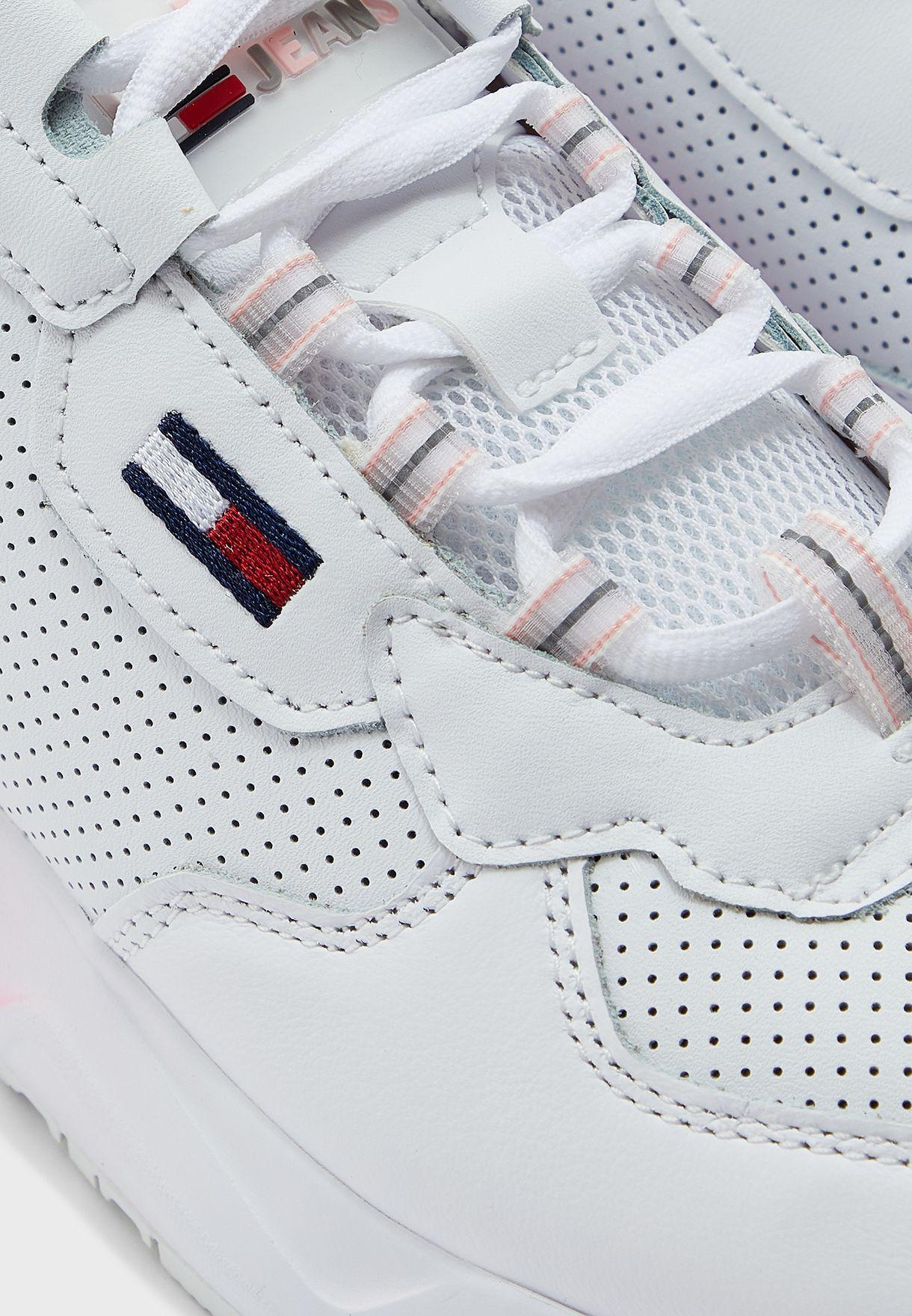 حذاء سنيكرز مزين بثقوب
