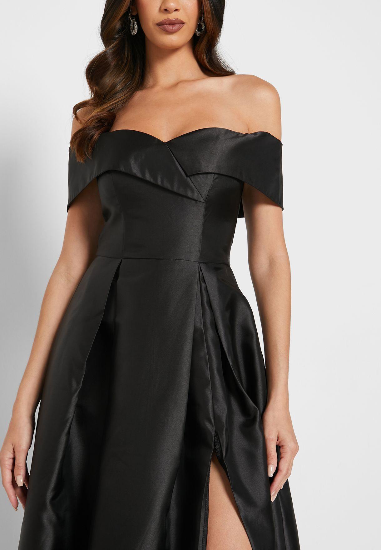 فستان بياقة عارية