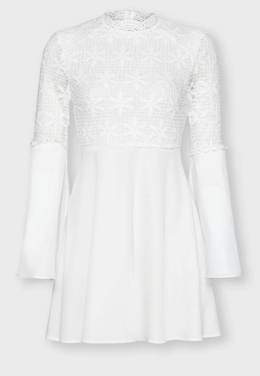 فستان دانتيل بأكمام واسعة