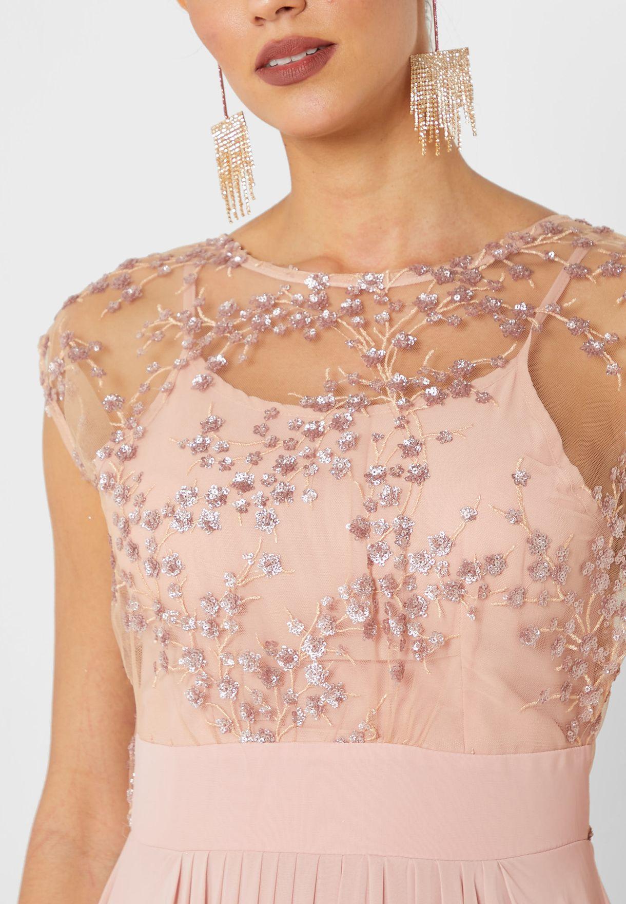 فستان مكسي بأجزاء شبك مزين بالترتر
