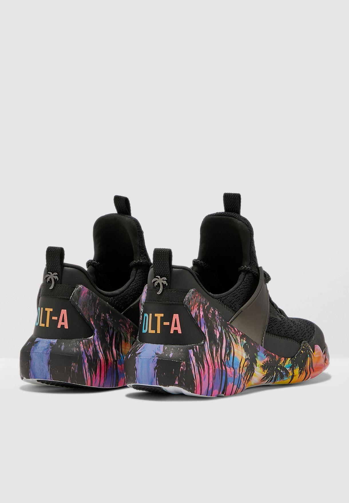 حذاء من مجموعة دي ال تي-ايه