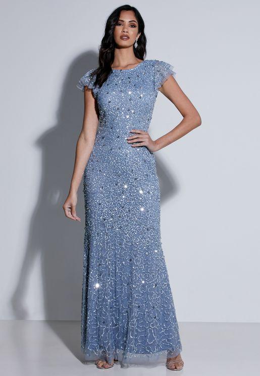 فستان بأكمام واسعة مرصع بالترتر