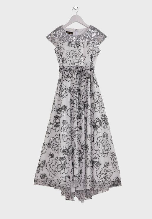 فستان طويل بلمسات لامعة