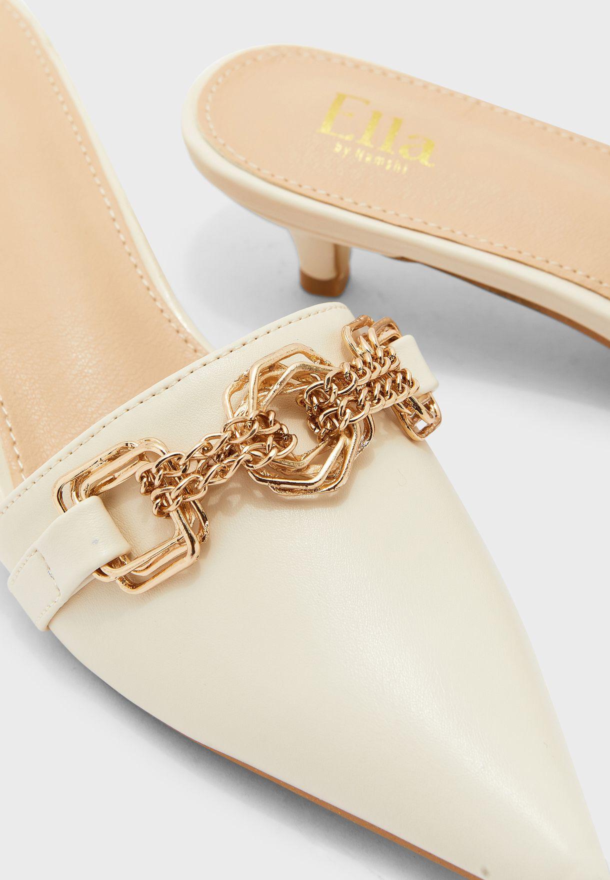 حذاء بمقدمة مدببة ومزين بسلسلة