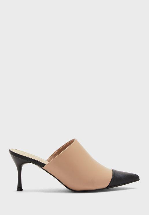 حذاء بكعب عالي ونمط كتل الألوان