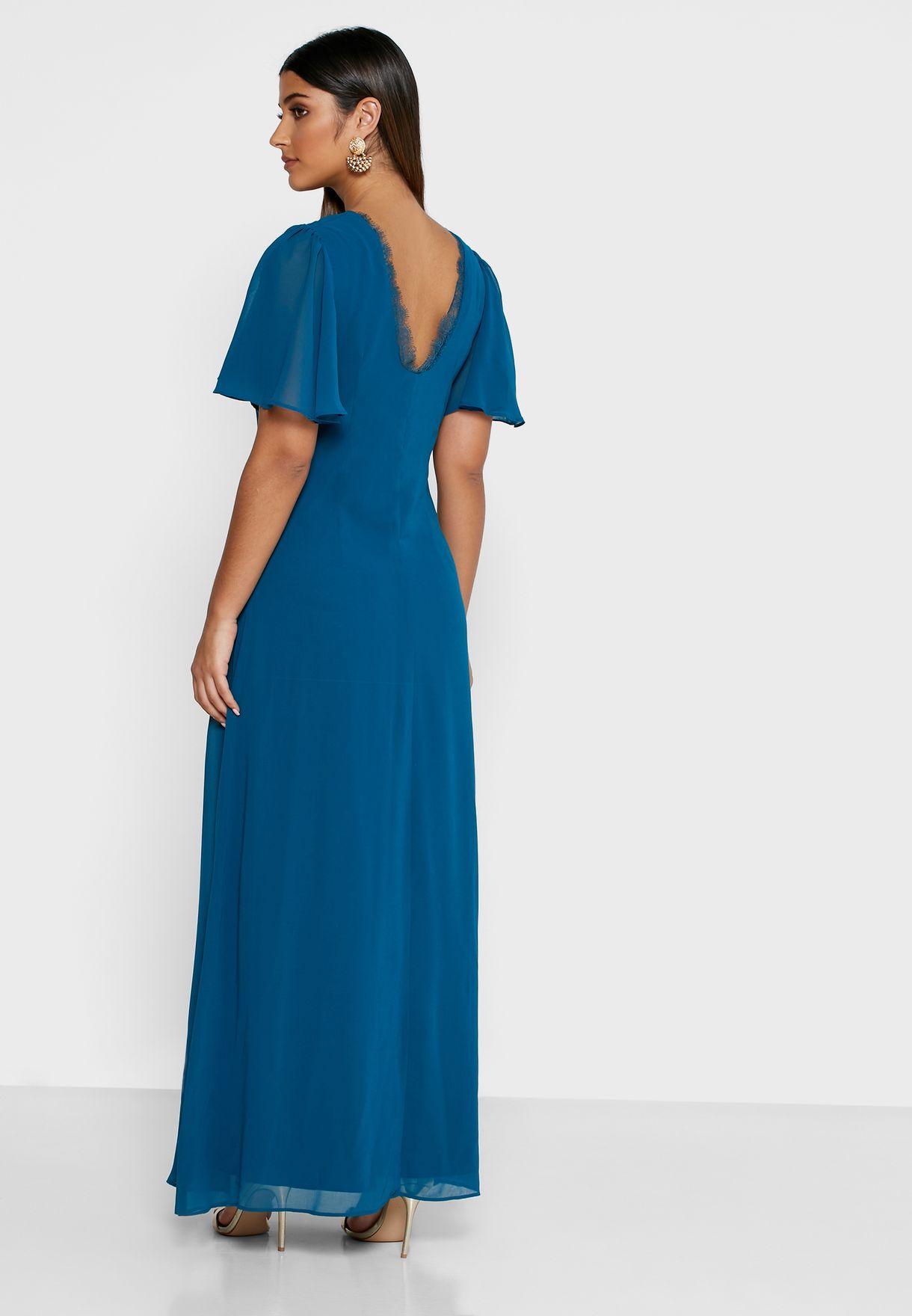 فستان بياقة منسدلة ومزين بدانتيل