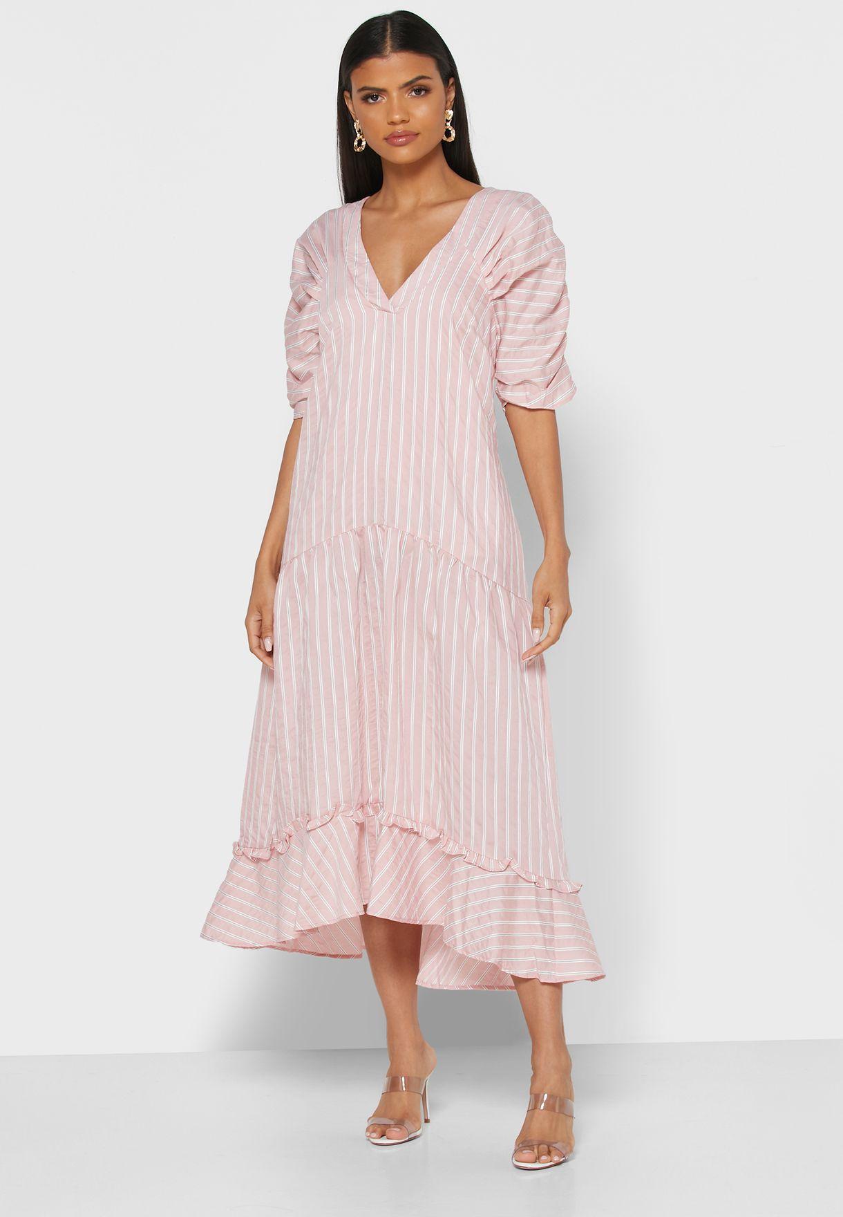 فستان مخطط بأطراف مكشكشة
