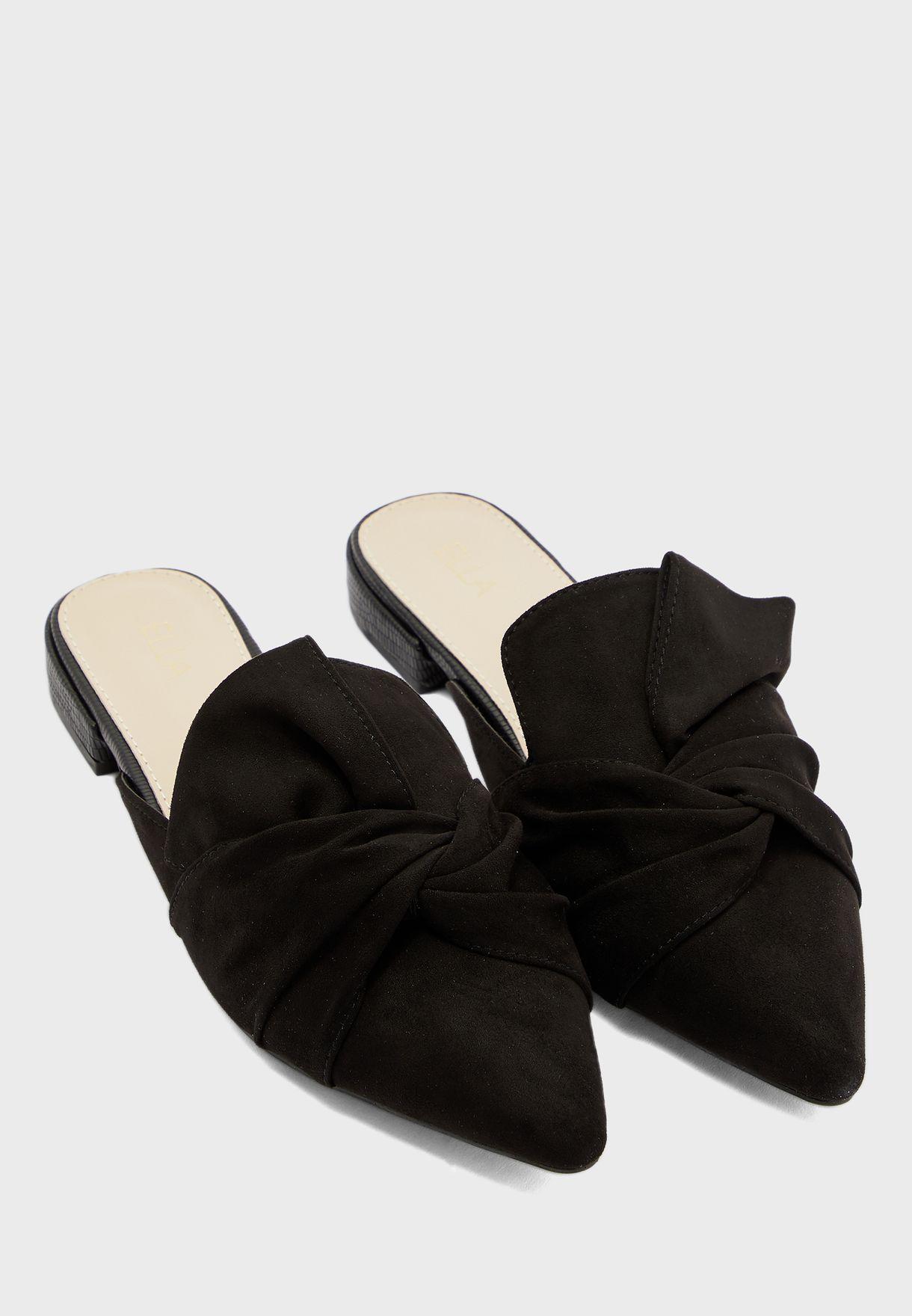 حذاء مزين بعقدة