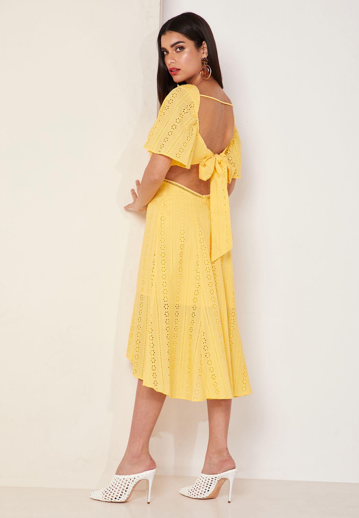 فستان بظهر عاري مزين بكشكش