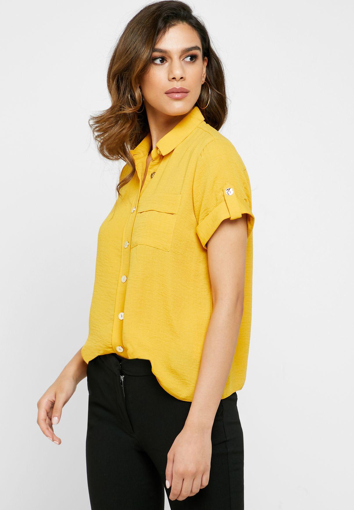 قميص بأكمام قصيرة مطوية