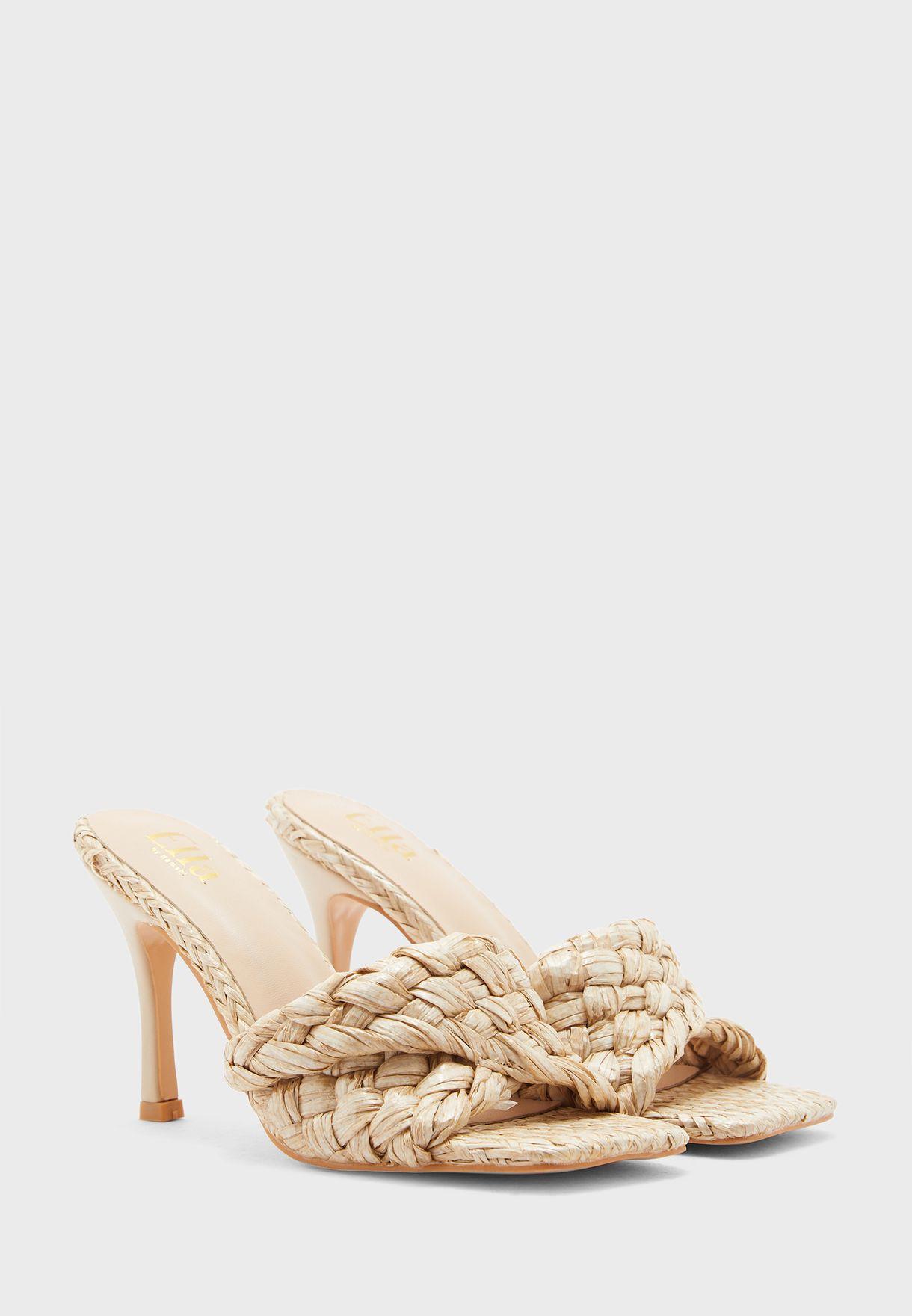حذاء بمقدمة مربعة