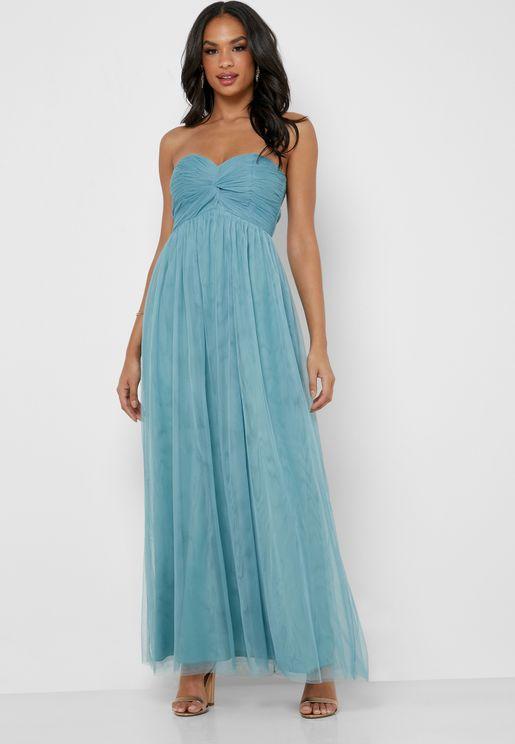 فستان بأكتاف عارية