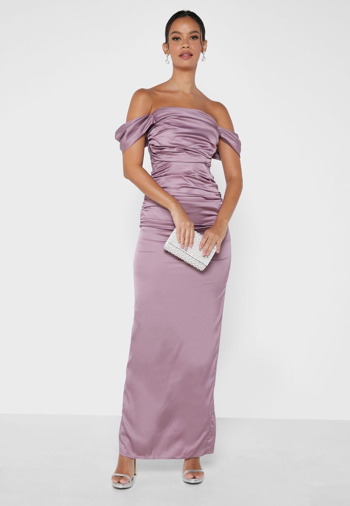 فستان ساتان بياقة عارية