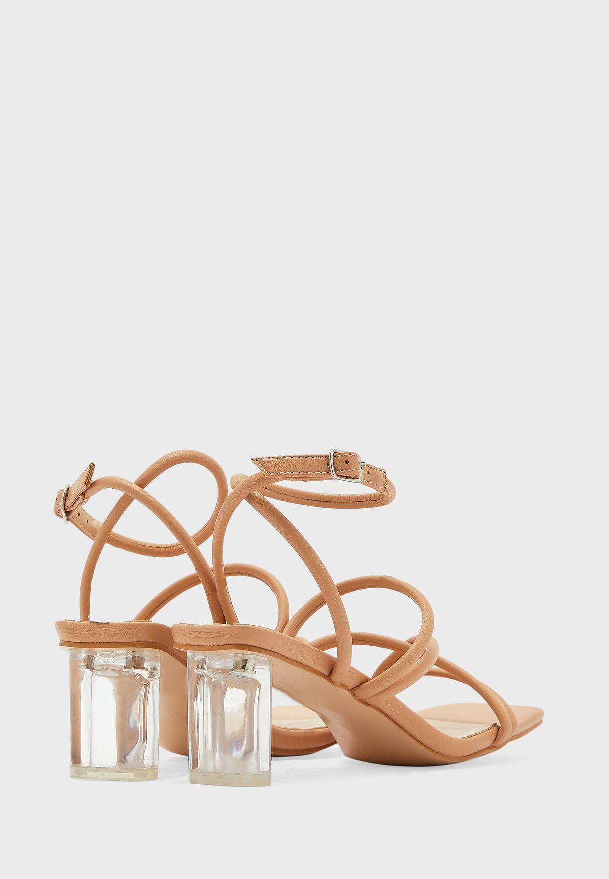 حذاء بكعب عالي واصابع مربعة