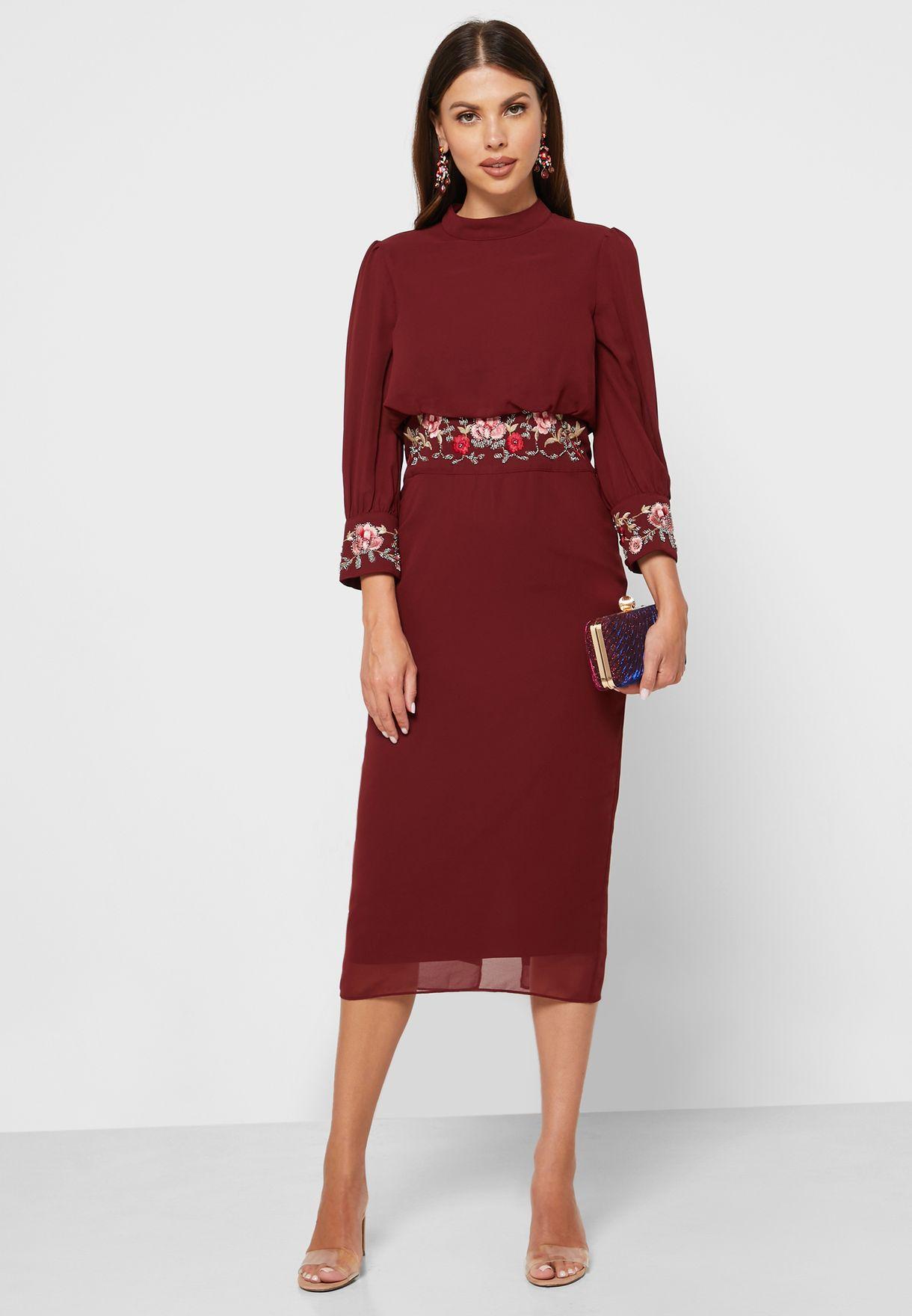 فستان مزين بتطريز