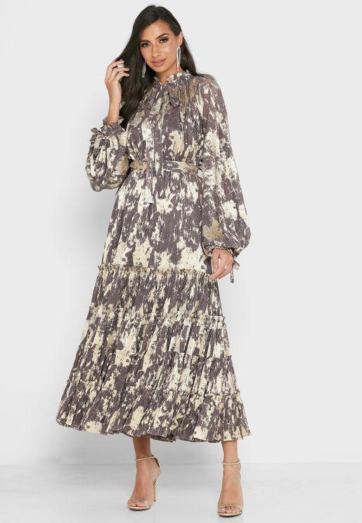 فستان بياقة عالية مزين بفيونكة