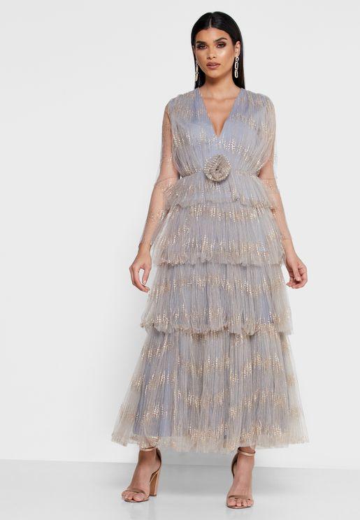 فستان متعدد الطبقات مزين بأزهار