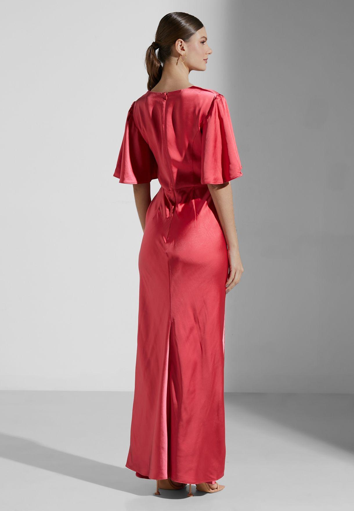 فستان عصري بياقة عميقة