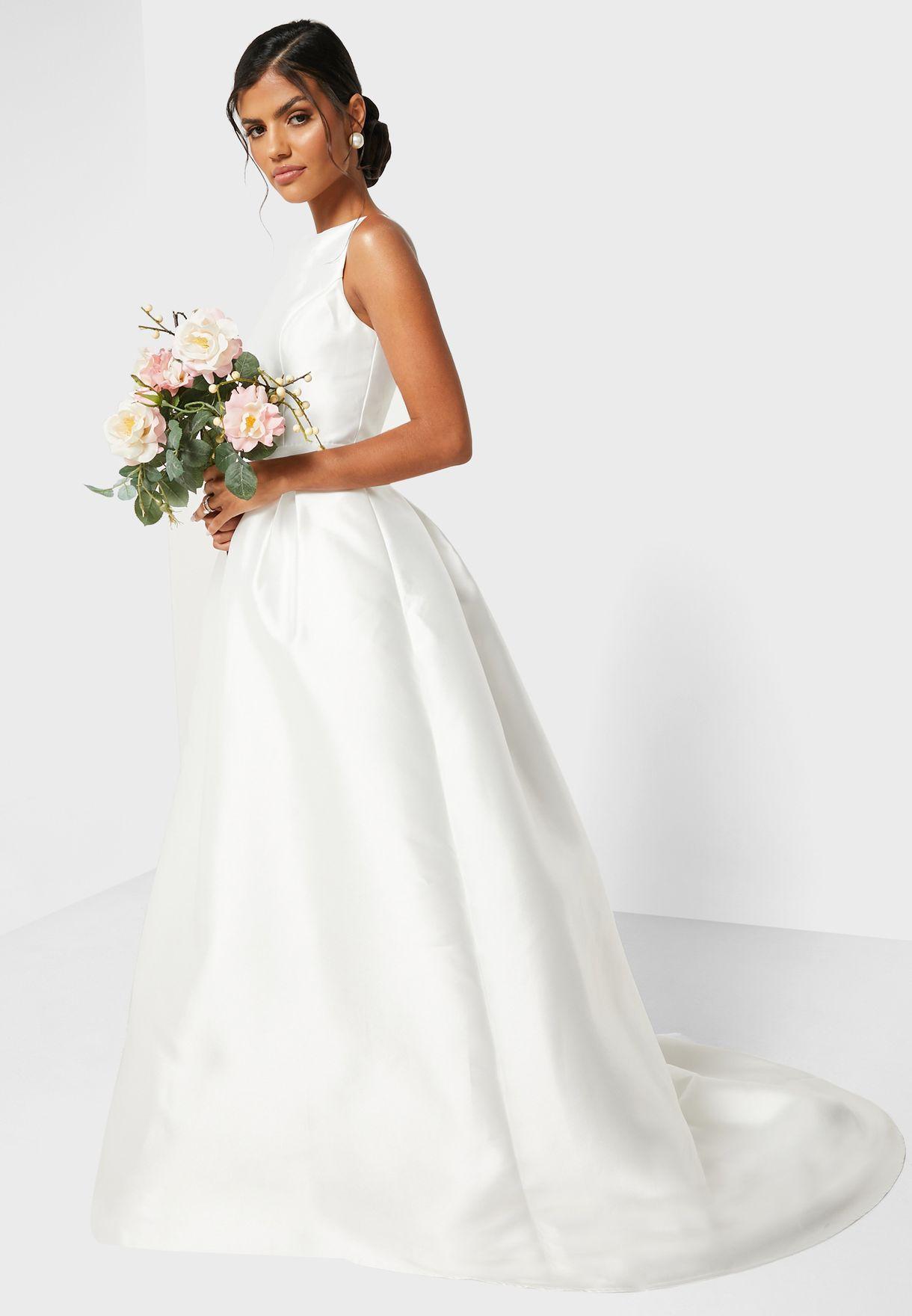 فستان عروس مع ذيل