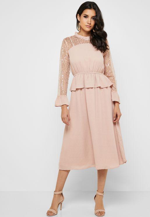 فستان بصدر واكمام شفافة وطبقة كشكش