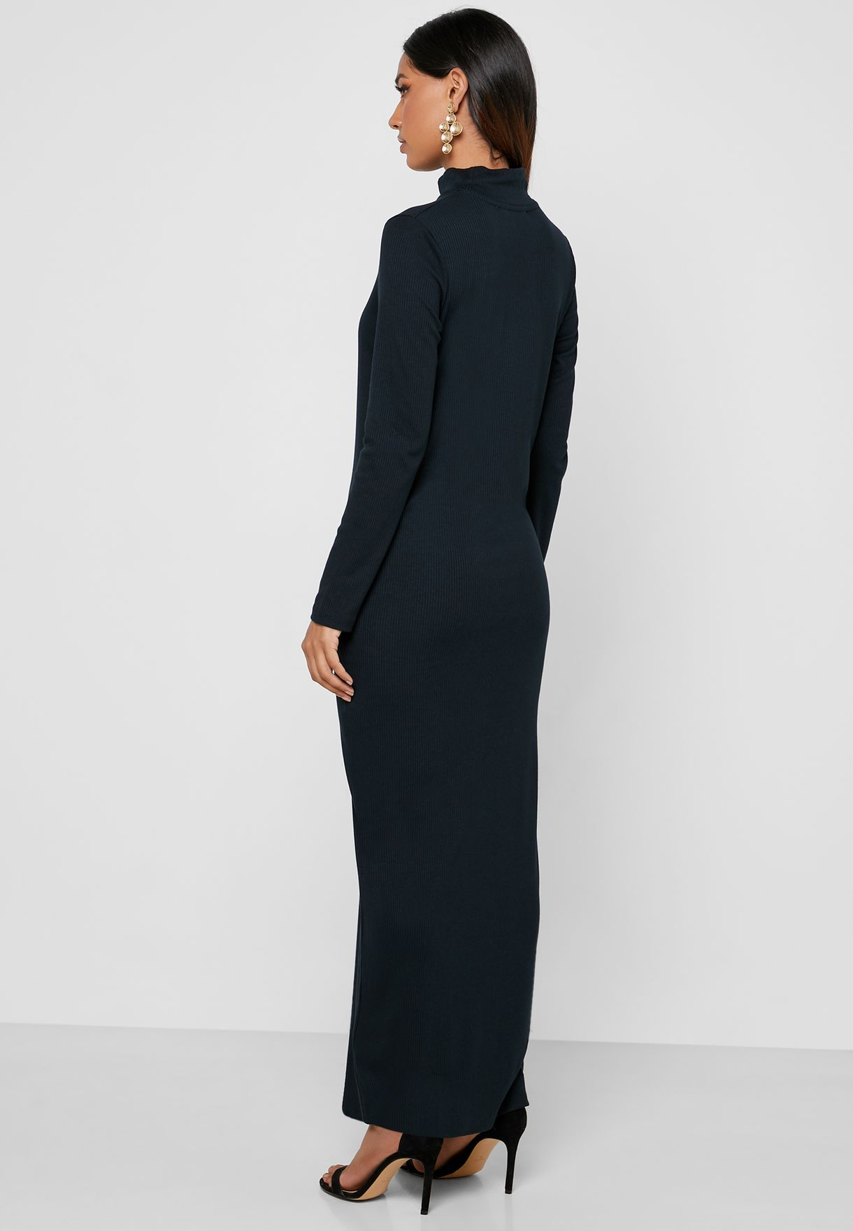 فستان بأكمام طويلة وياقة مرتفعة