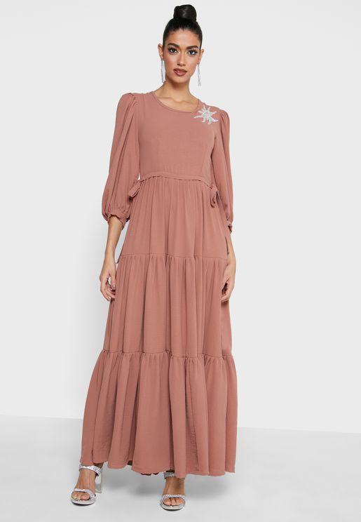 فستان بأكمام منفوشة وطبعات امامية