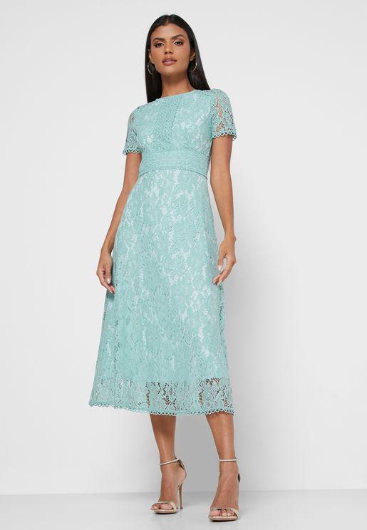 فستان دانتيل بأكمام منفوشة