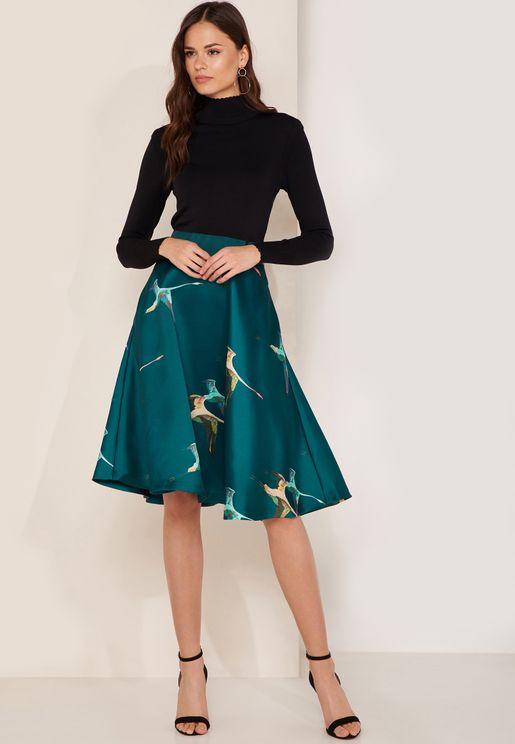فستان بطبعات مغايرة في اللون وياقة عالية