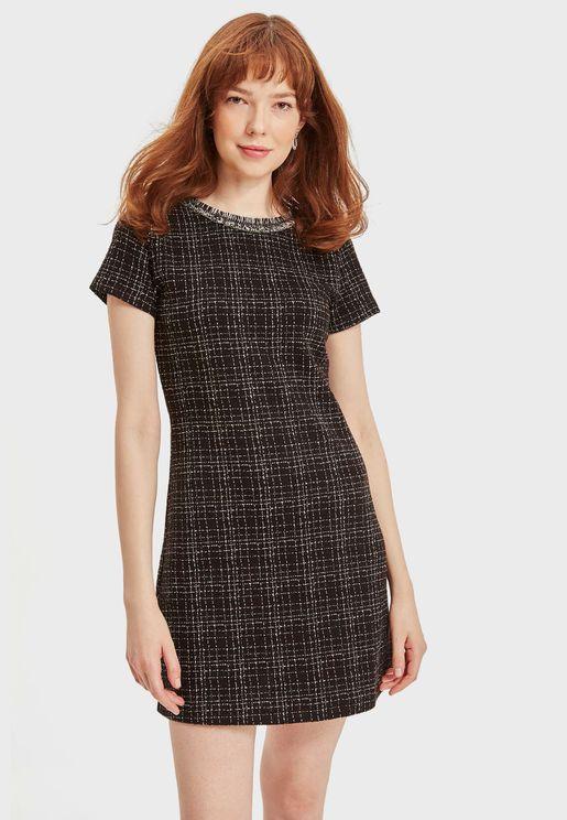 فستان بياقة دائرية واكمام قصيرة