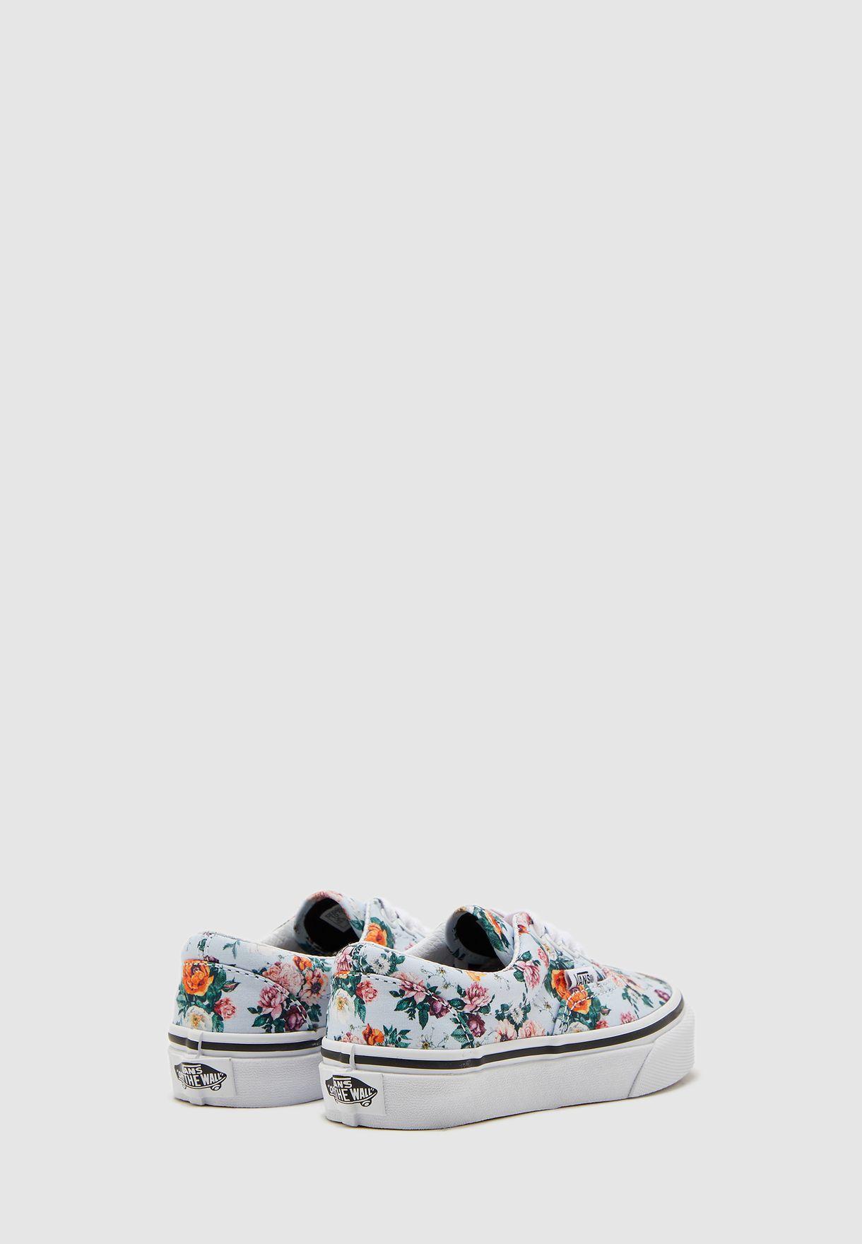 حذاء بطباعة زهور