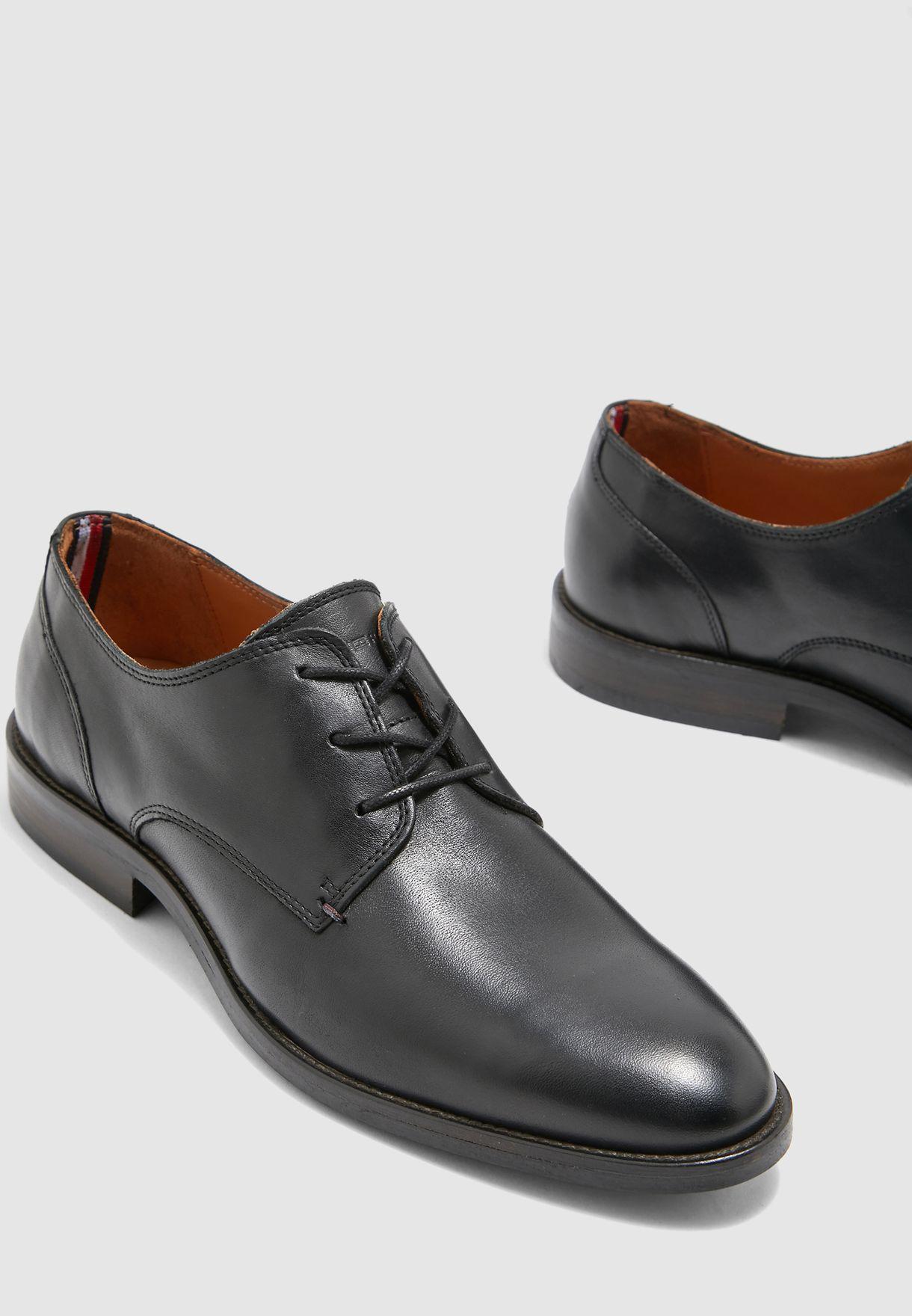 حذاء جلد باربطة