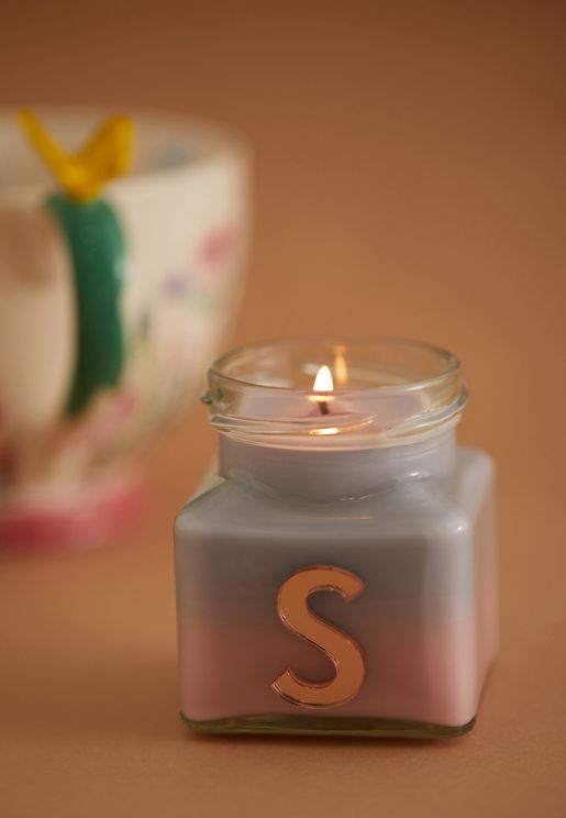 شمعة برائحة الفانيليا واليلانغ يلانغ ومزينة بحرف S