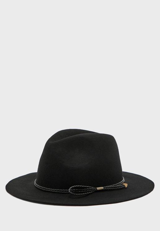 قبعة بتداخل مضفر