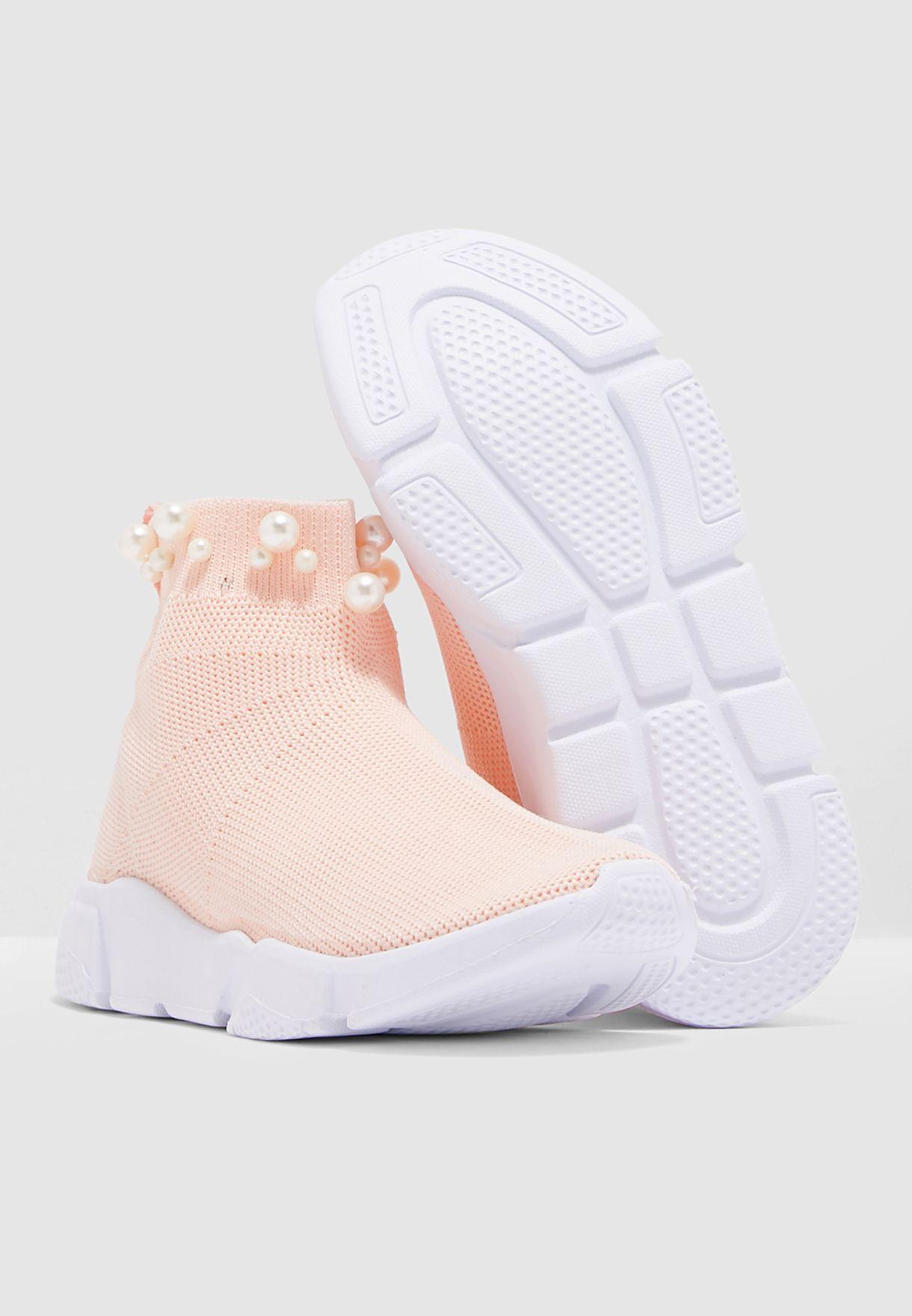 حذاء مزين بلؤلؤ