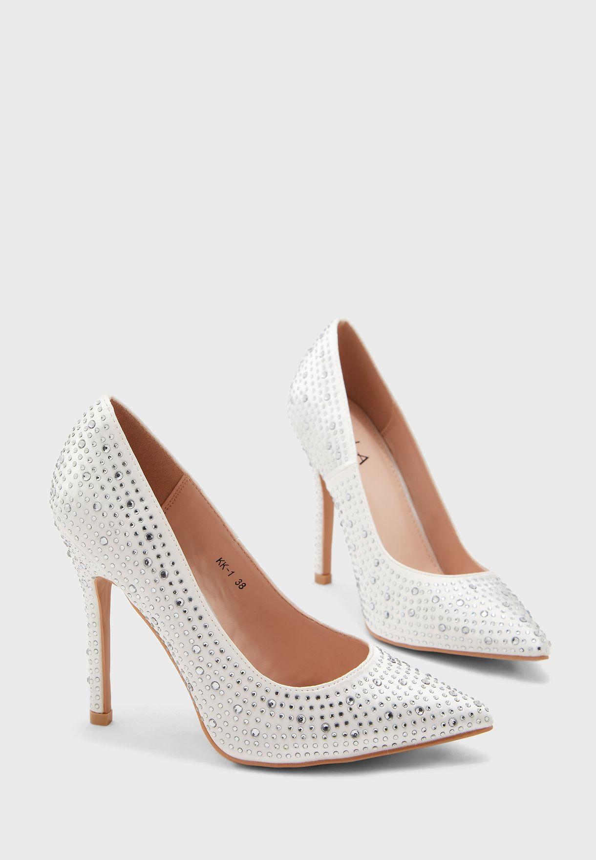 حذاء مزين بأحجار الراين