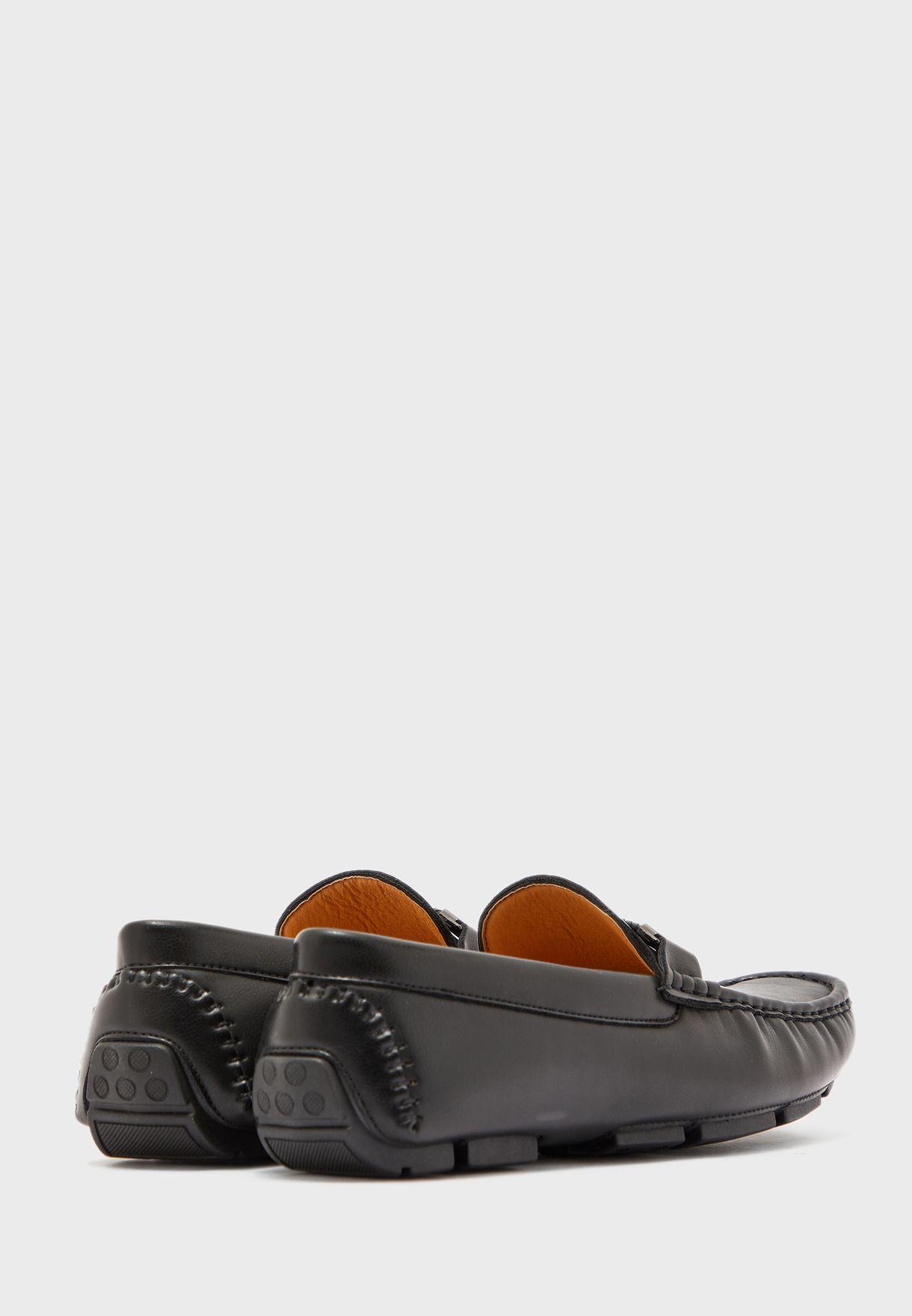 حذاء مزين بتداخل مضفور