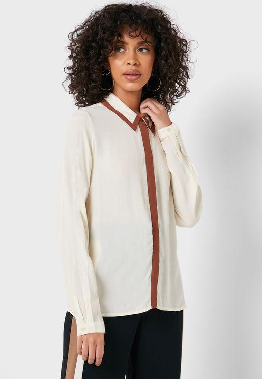 قميص بحواف مغايرة في اللون