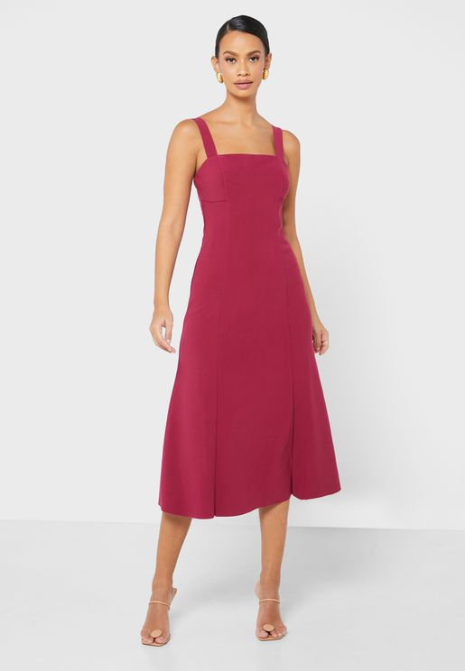 فستان بياقة مربعة وحمالات