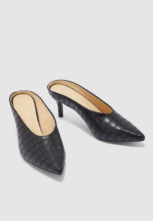 حذاء بمقدمة مستدقة