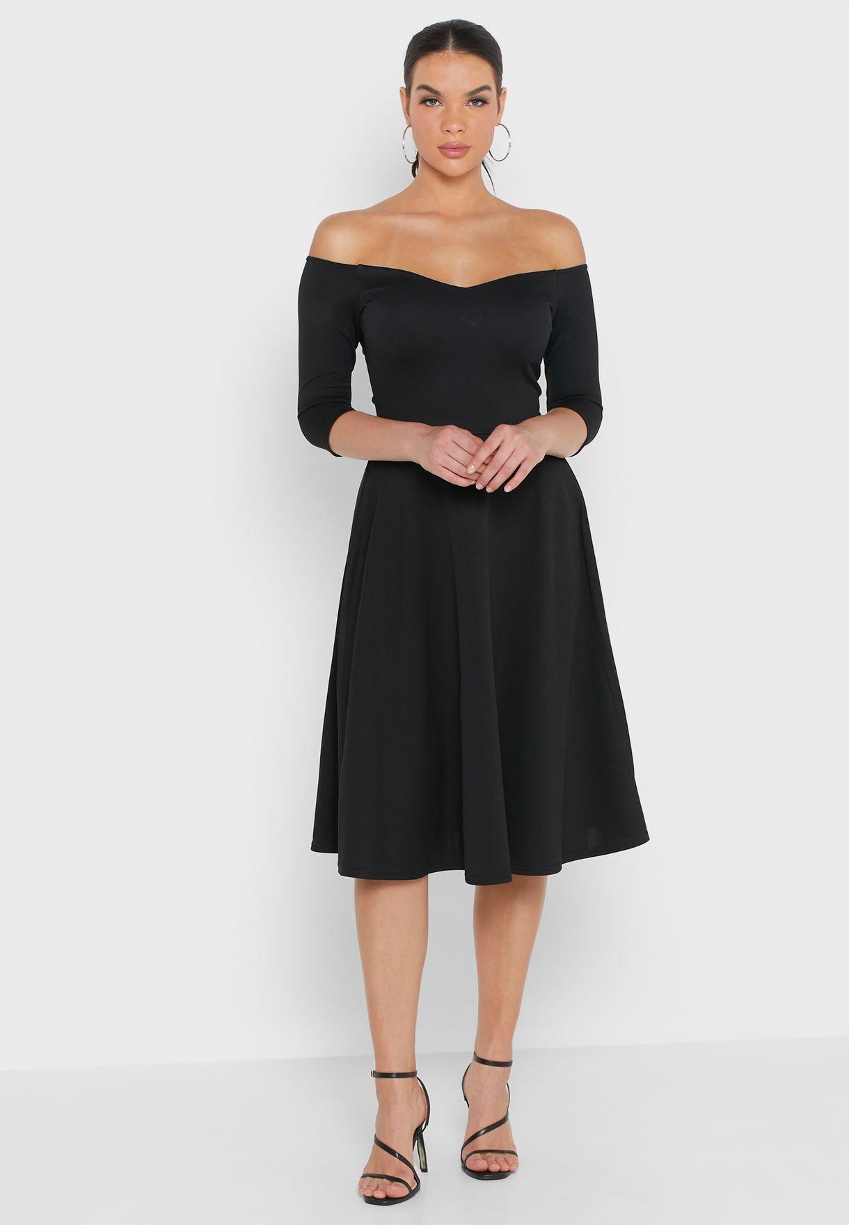 فستان يكشف الاكتاف بتنورة واسعة