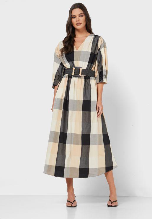 فستان بطبعات مربعات وياقة V